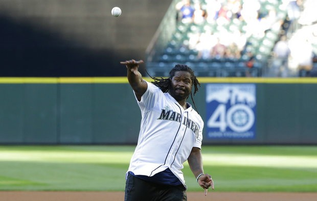 Check out Eddie Lacy's form on the mound as he delivers first pitch for Seattle Mariners | Eddie Lacy