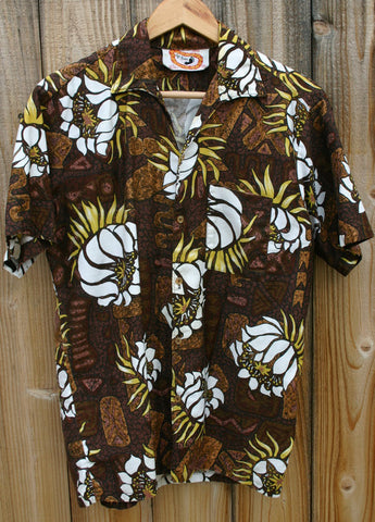 Size Medium 22 Inches Pit To Pit First Generation Go Barefoot Hawaii Aloha Shirt Rare Label 60s to Early 70s. Great Condition 100% Cotton!