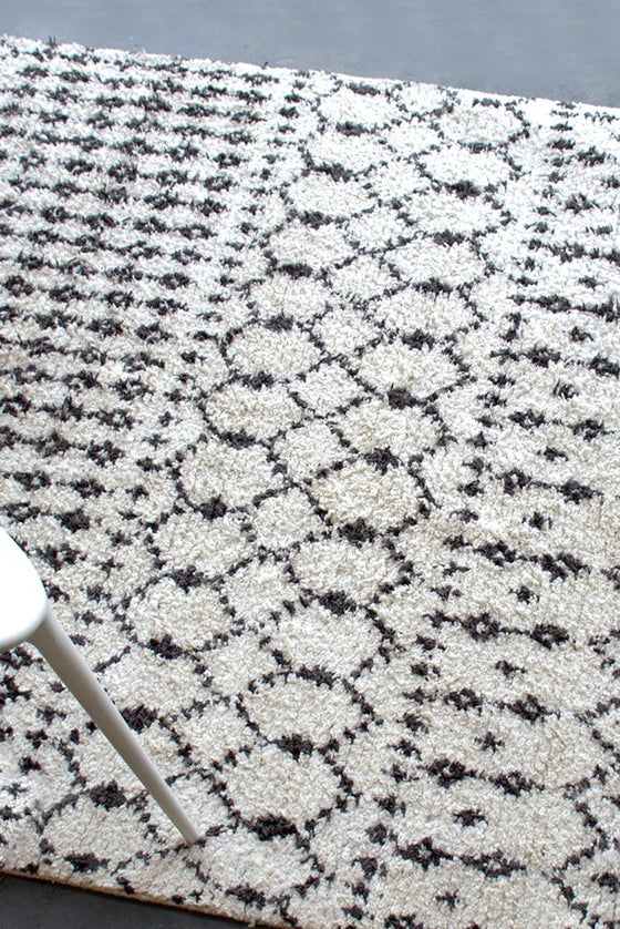 abiska polyester rug in charcoal and ivory color