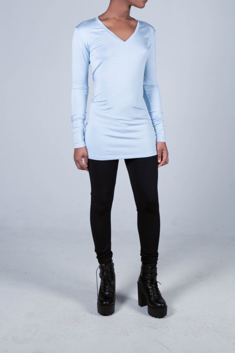 Fitted blue long sleeve v-neck t-hsirt.