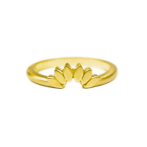 18K yellow gold Petal tracer band