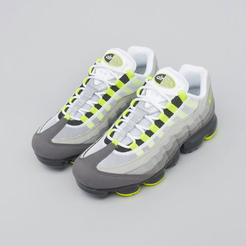 Air Vapormax 95 in Black/Volt