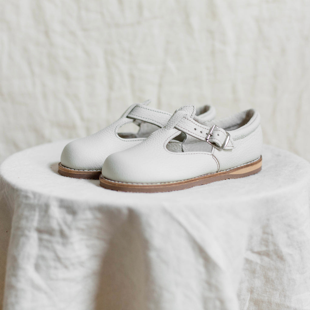 miriam leather t-strap in color fog