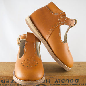 greta t-strap in warm brown, carmel leather