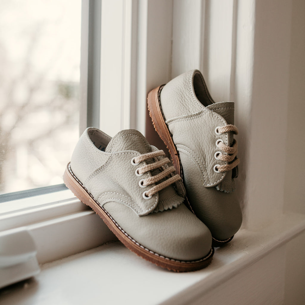 Artie Saddle in Dove Grey | Sizes 5-12