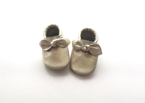 Newborn Bow Moccasins in Platinum