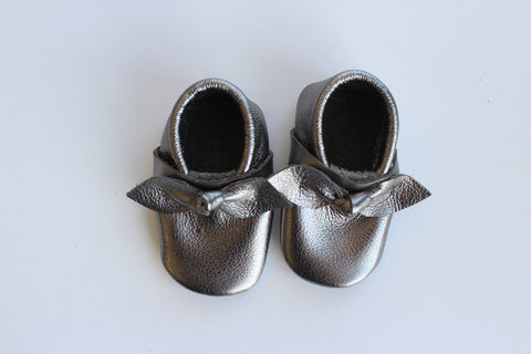Bow Moccasin in Gunmetal