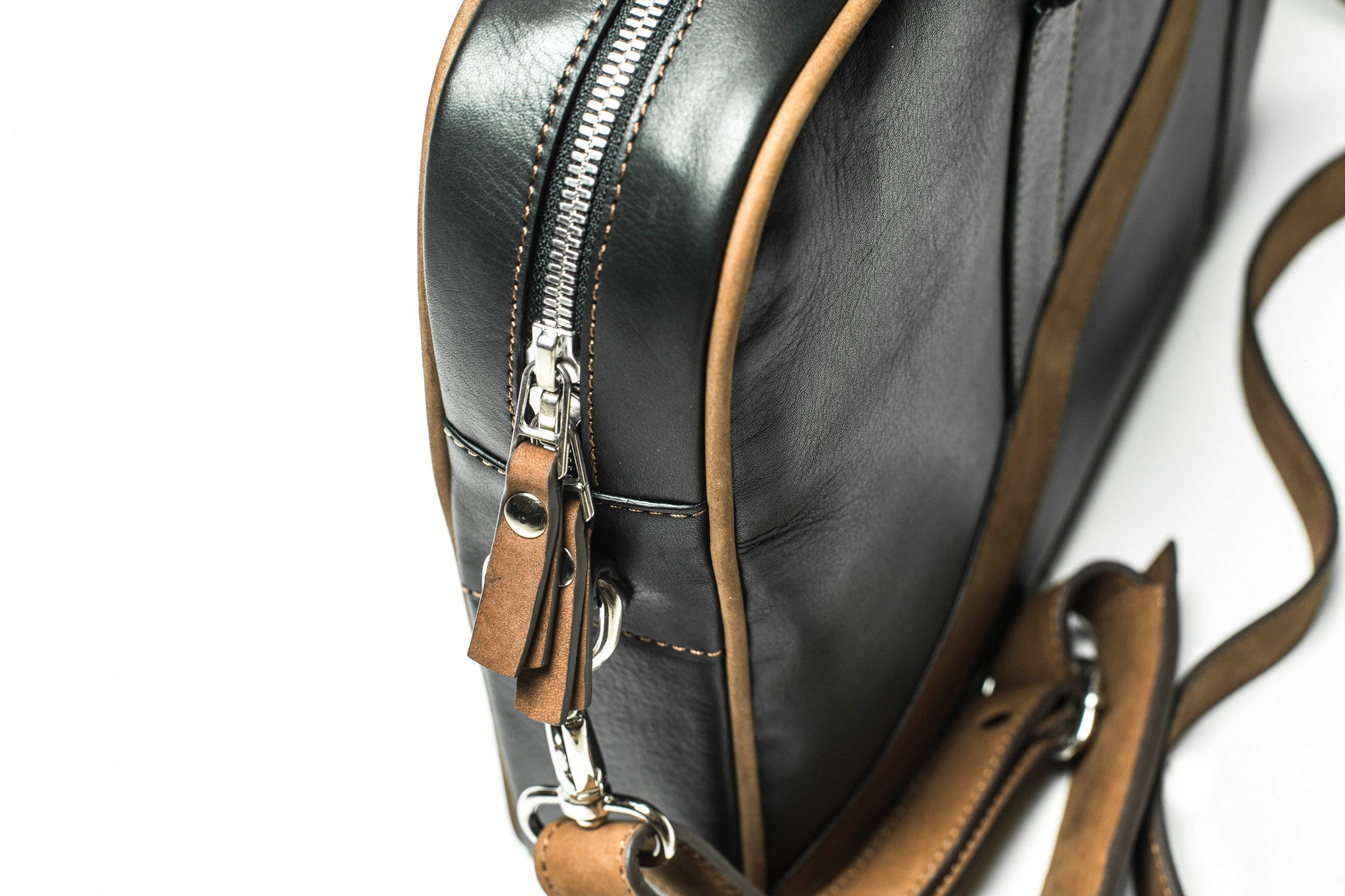 Zoomed view on the YKK Metal Excella Zippers of KANZEK's laptop leather briefcase made of full grain calf leather in black and brown