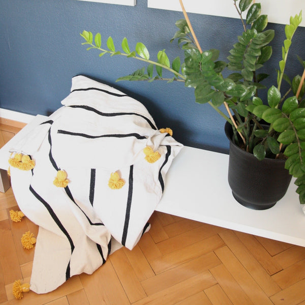 IRIS throw WHITE/BLACK/SAFFRON