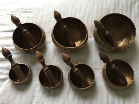 Set of 7 singing bowls, including hardwood ringing sticks, - 4 sets