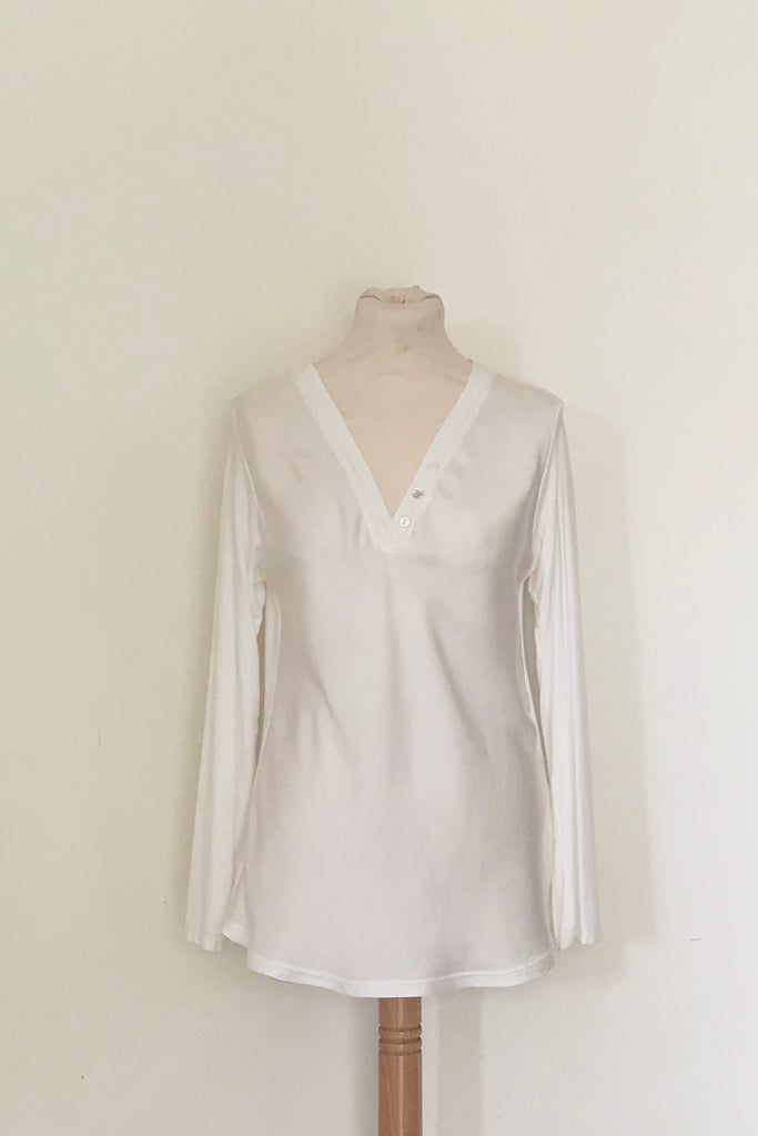 LONG SLEEVE SILK FRONT V-NECK TOP WITH SHELL BUTTON DETAIL
