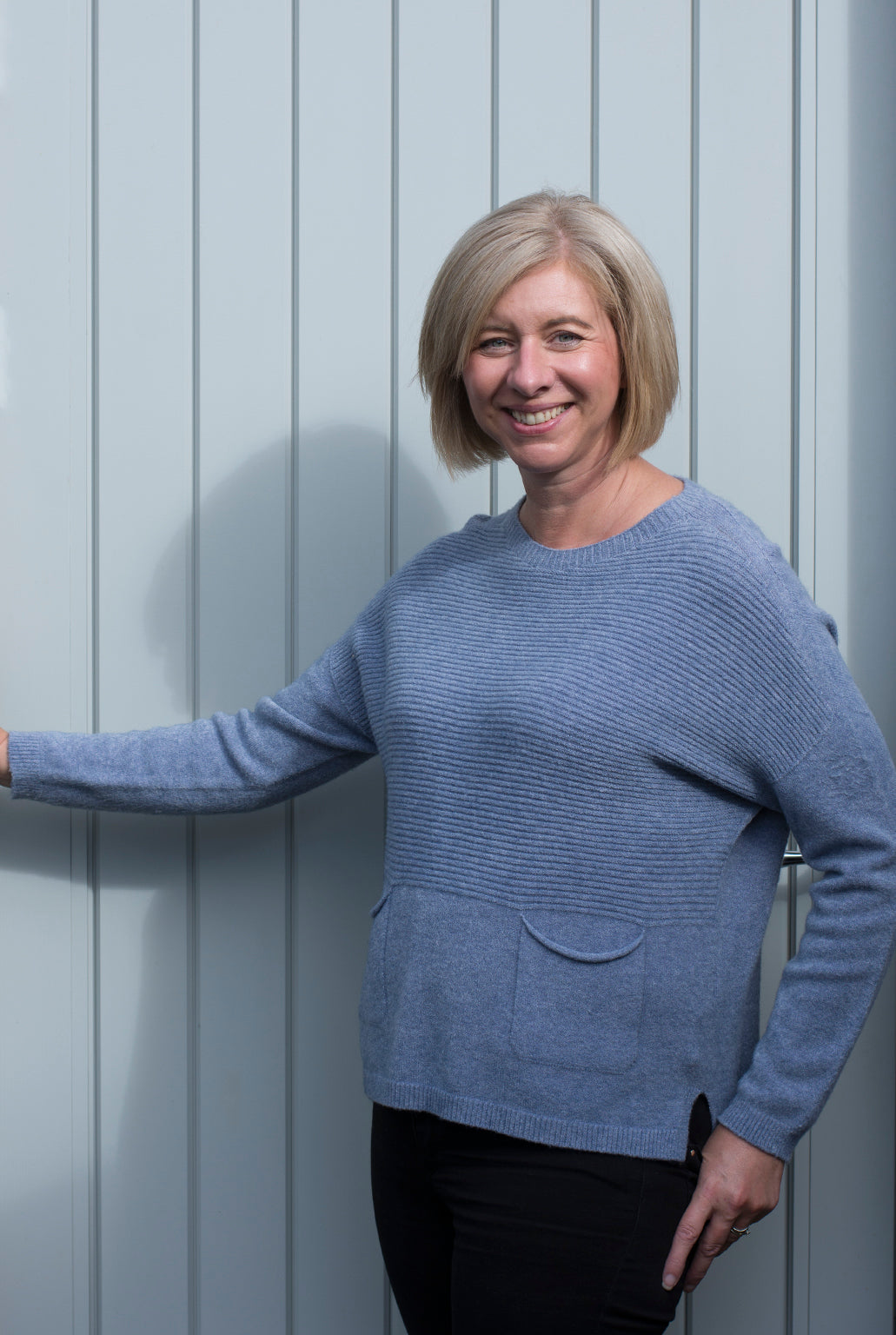 RIBBED  FRONT JUMPER WITH ROUND NECK AND TWO FRONT POCKETS