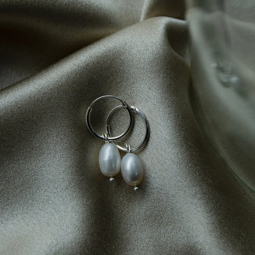 PEARL EARRINGS CLASSIC PETITE by AIDA impact (ring with one small pearl)