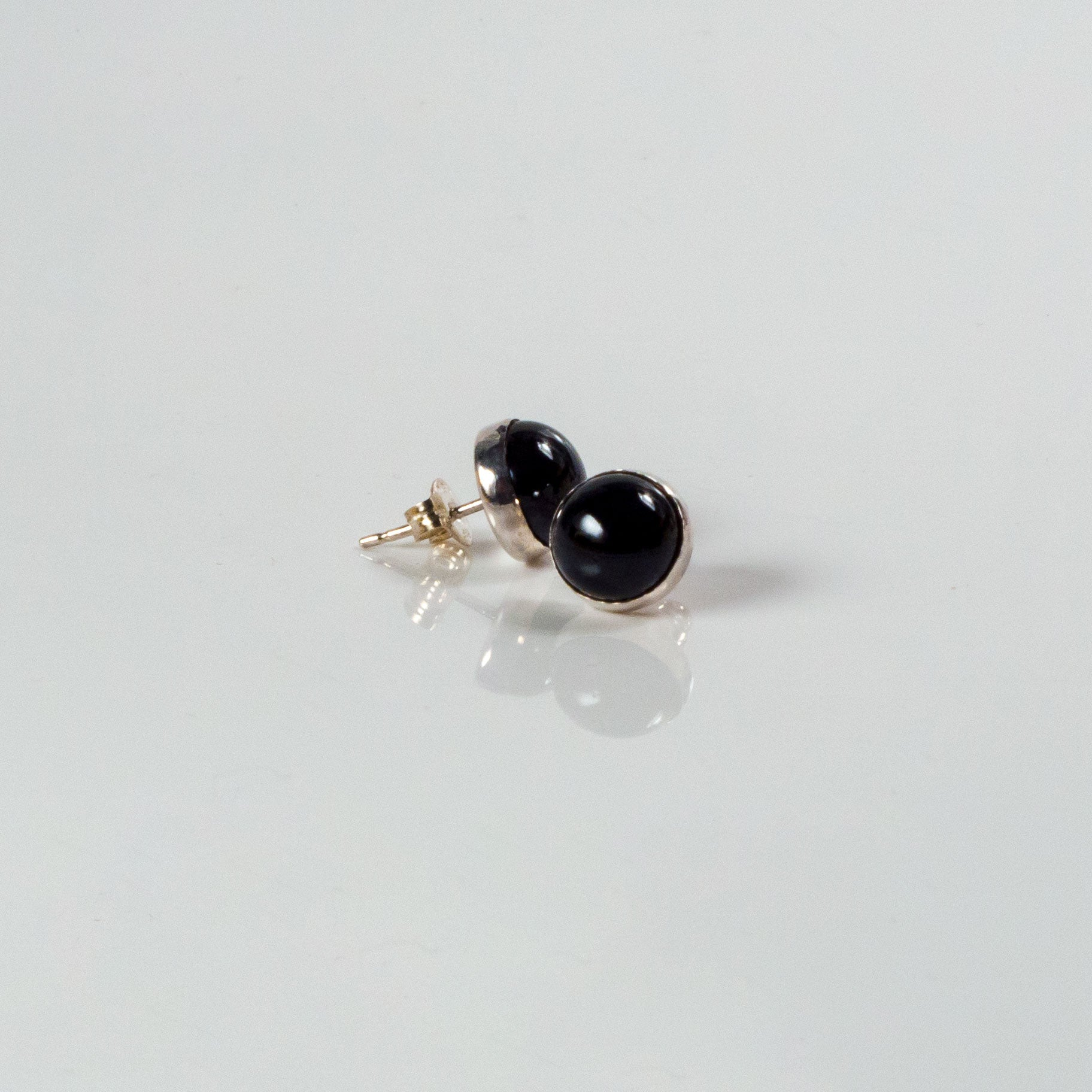 Home > Jewelry Collection > 6mm Black Pearl Stud Earrings With A Silver Edge