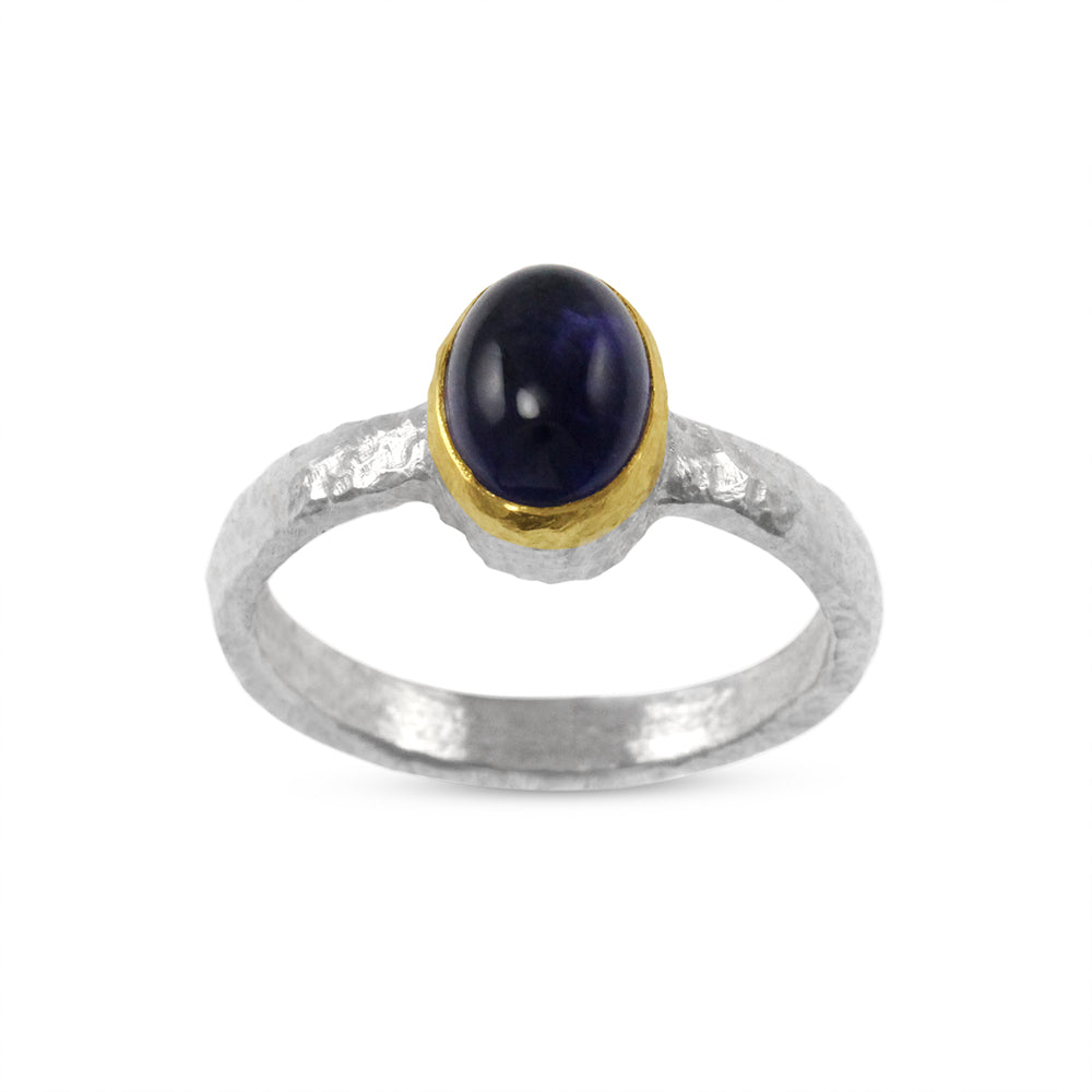 Ring in silver with a cabochon amethyst in a gold setting. - Paul Magen