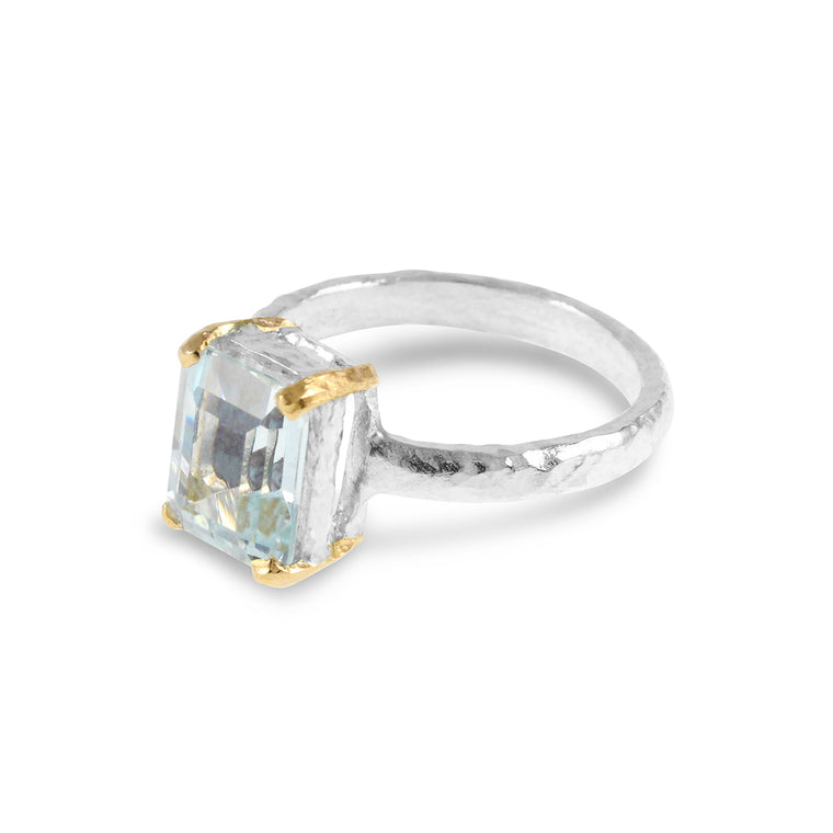 Ring in sterling silver with 18ct yellow gold claws and set with an aquamarine.