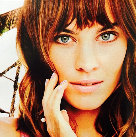 Alexa Chung wearing the Dusty Pink Medium Pearl ring in gold.