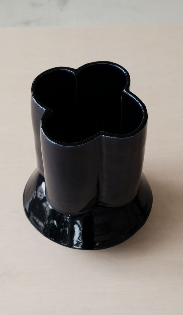 B Zippy Oval & Scallop Vase: Gloss Navy