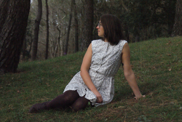 Sewaholic Harwood Dress - sentada en el bosque