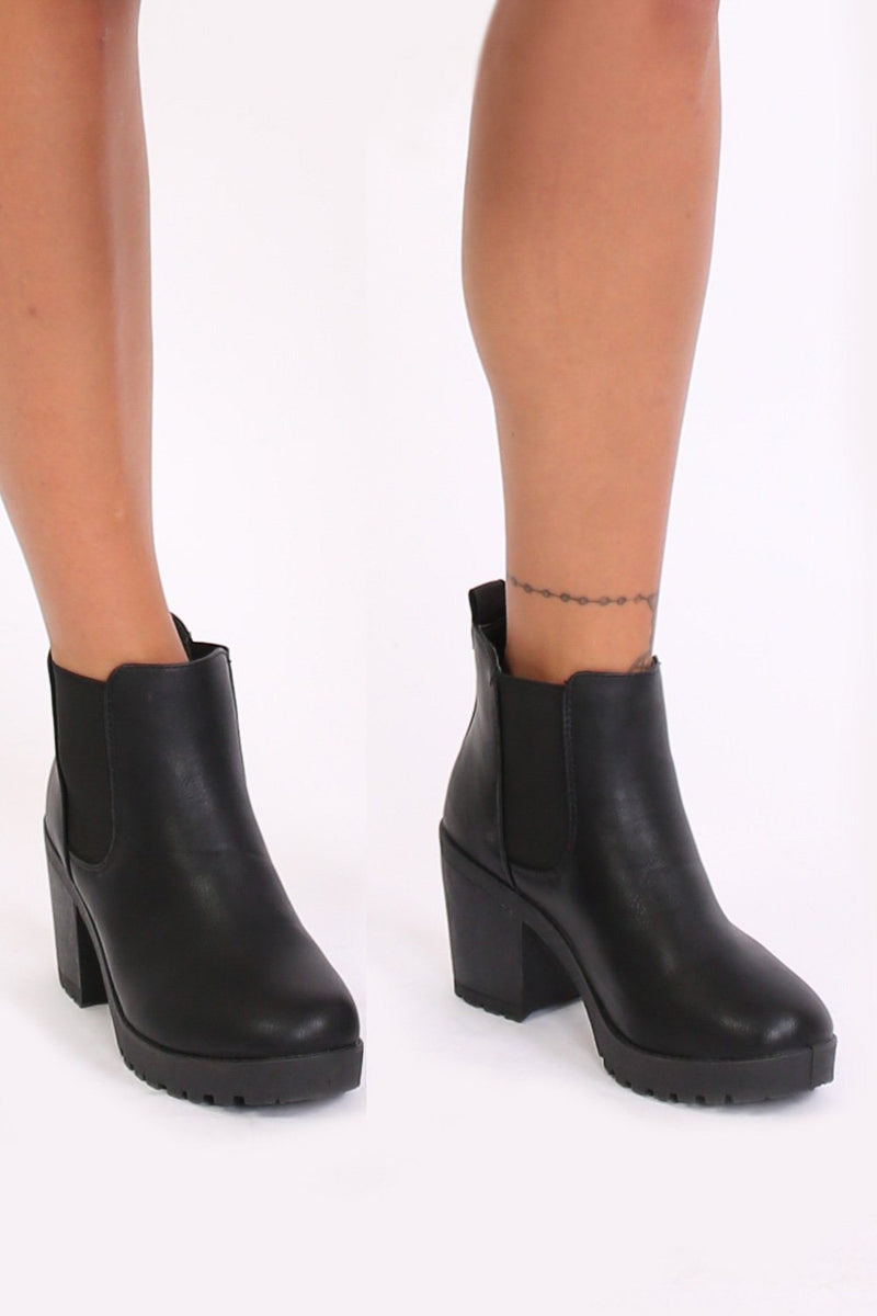 Chunky Heel Pull On Chelsea Boots in Black 0
