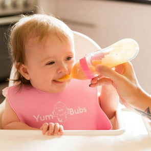 YumBubs On-the-go Feeder Spoon pink with bib
