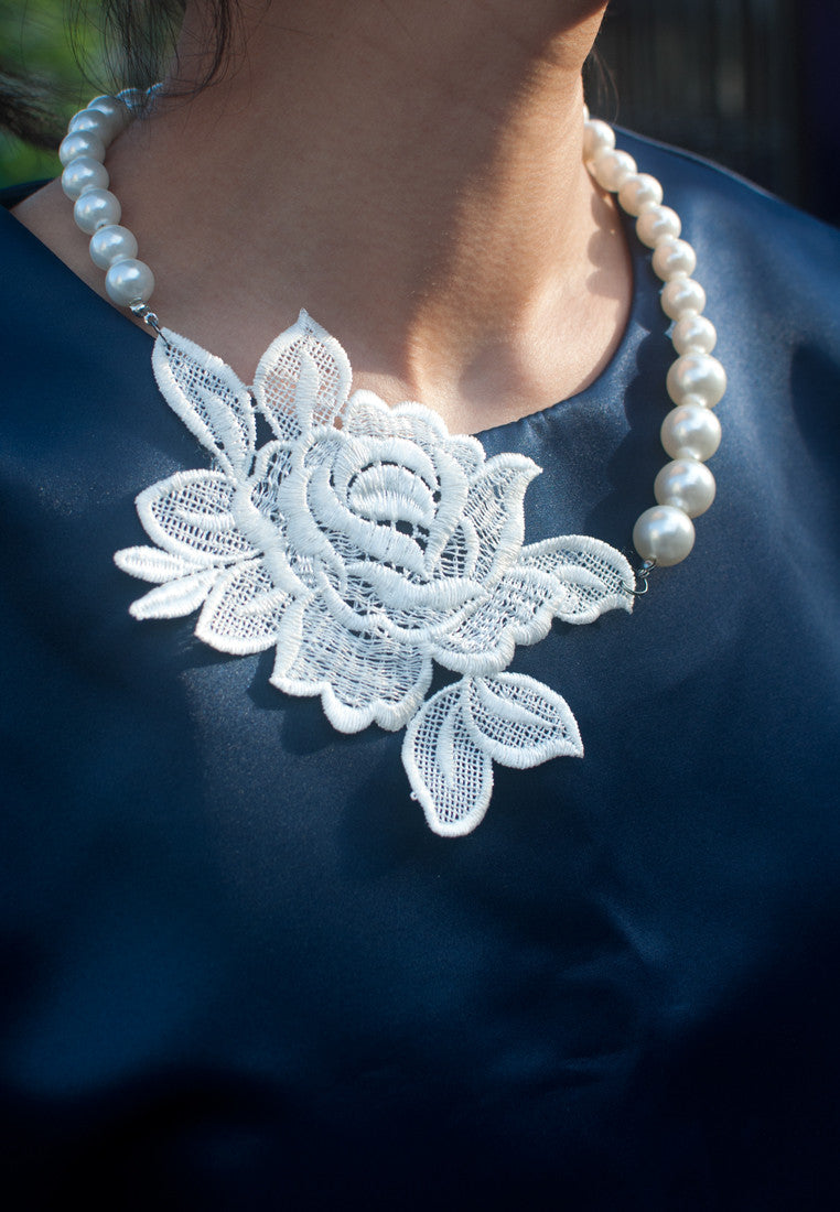 White Flower Necklace - sanwaitsai