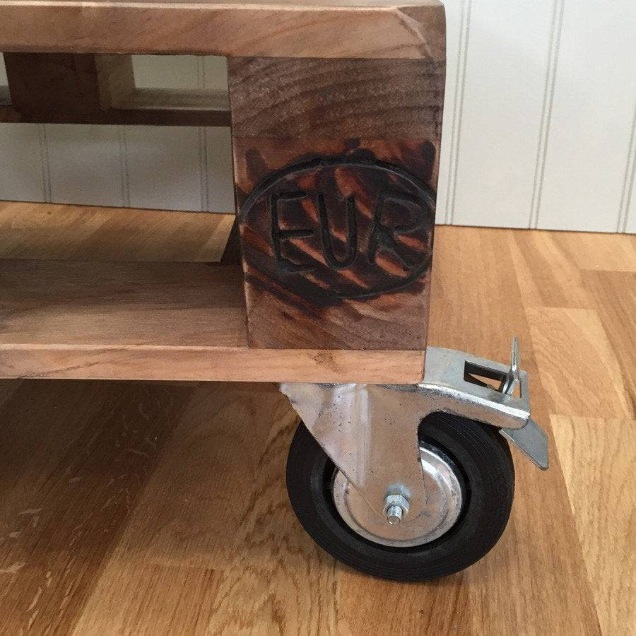 Pallet coffee table with wheels pallet side table the for Pallet wall on wheels