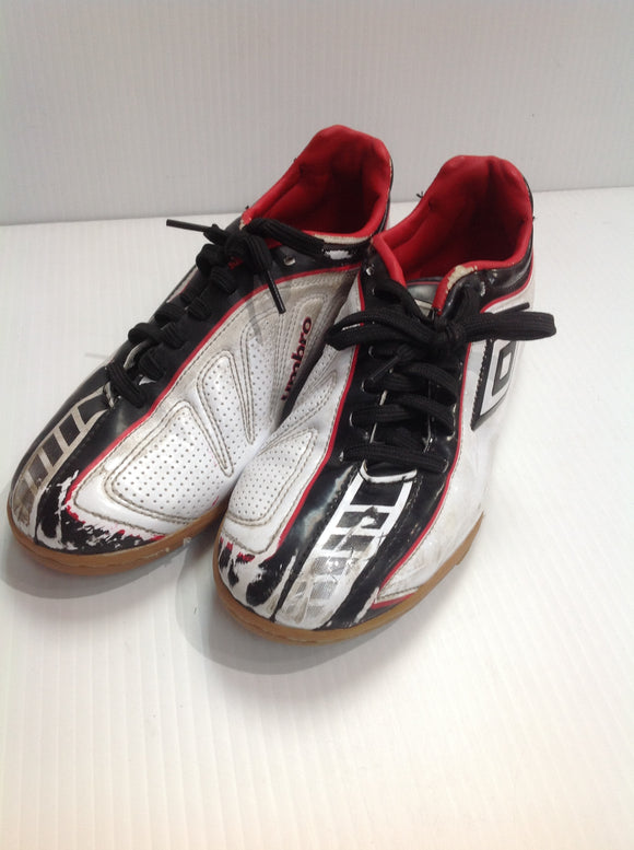 Umbro Youth Indoor Cleats - used (UKLZTH)