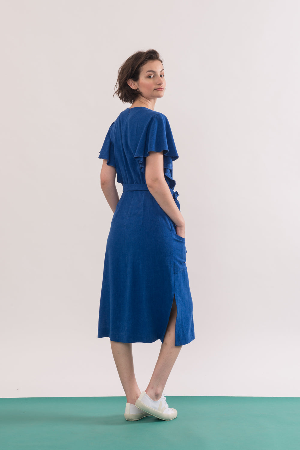 Klee Dress by Jennifer Glasgow, Electric Blue, back view, flowing draped sleeves, mid-length, patch pockets, side vents, belt, rayon and linen, sizes XS to XL, made in Montreal
