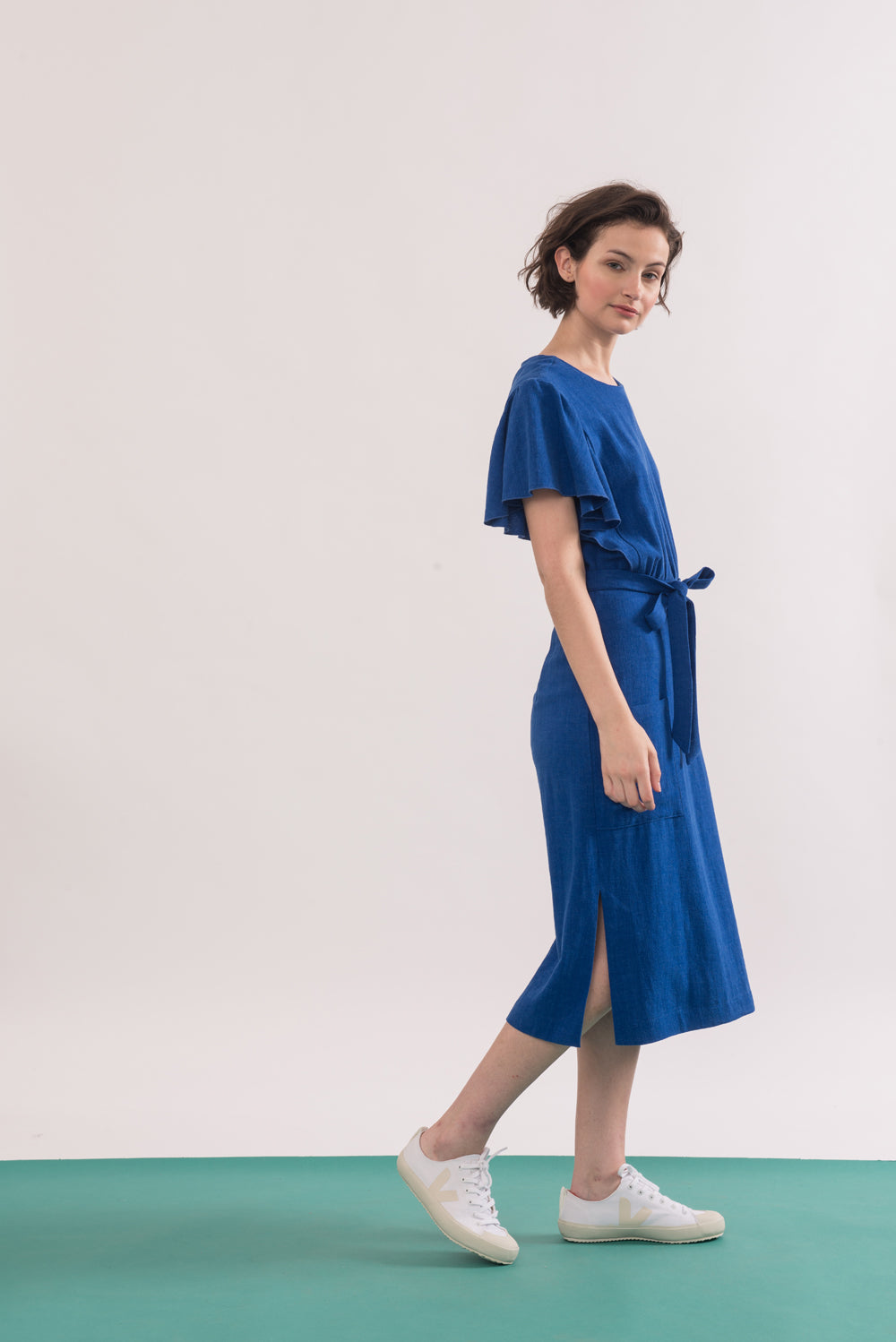Klee Dress by Jennifer Glasgow, Electric Blue, side view, flowing draped sleeves, mid-length, patch pockets, side vents, belt, rayon and linen, sizes XS to XL, made in Montreal