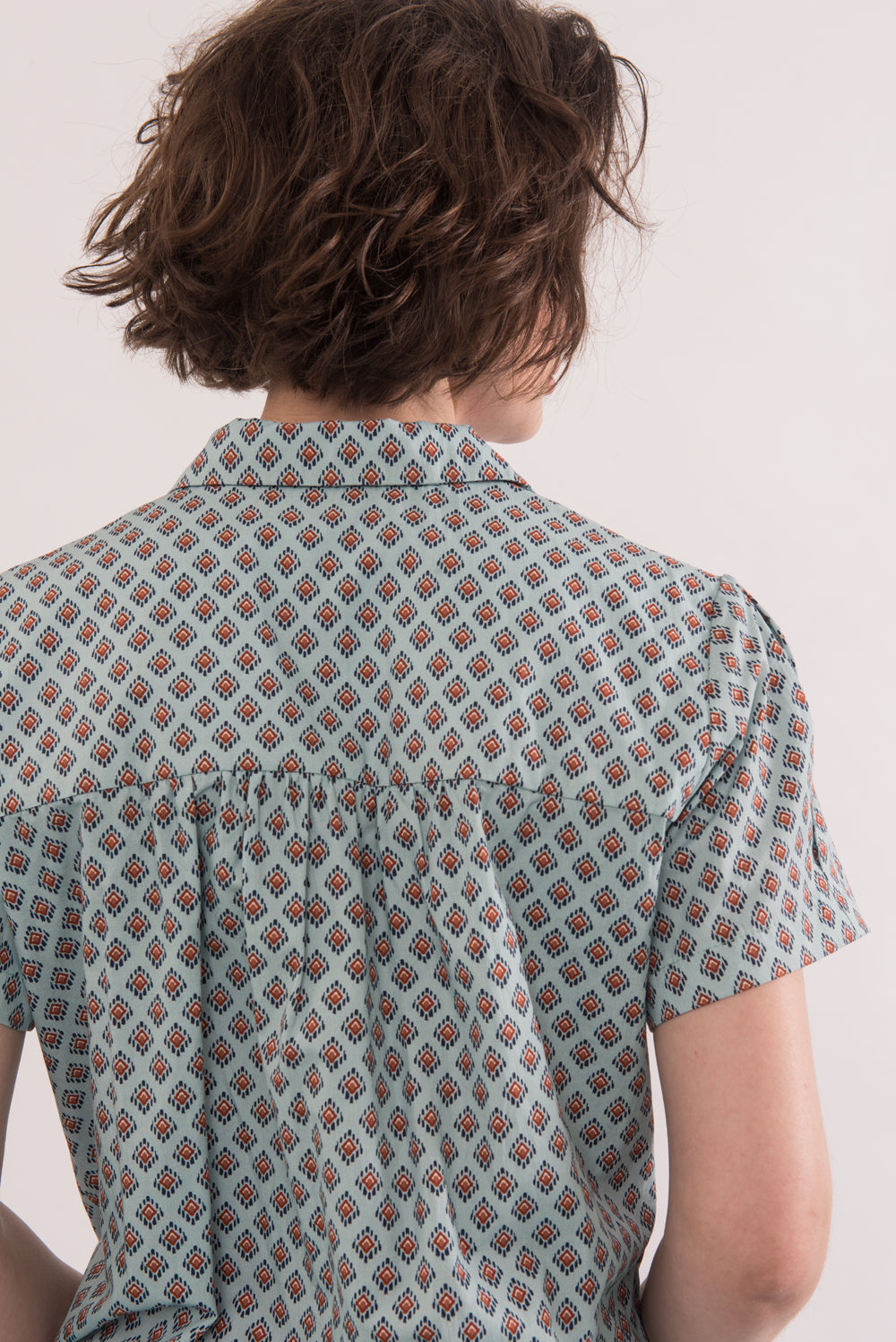 Egon Blouse by Jennifer Glasgow, back view, Sage print, button front, patch pockets, French cotton, OEKO-TEX Standard 100, eco friendly, sizes XS to XL, made in Montreal