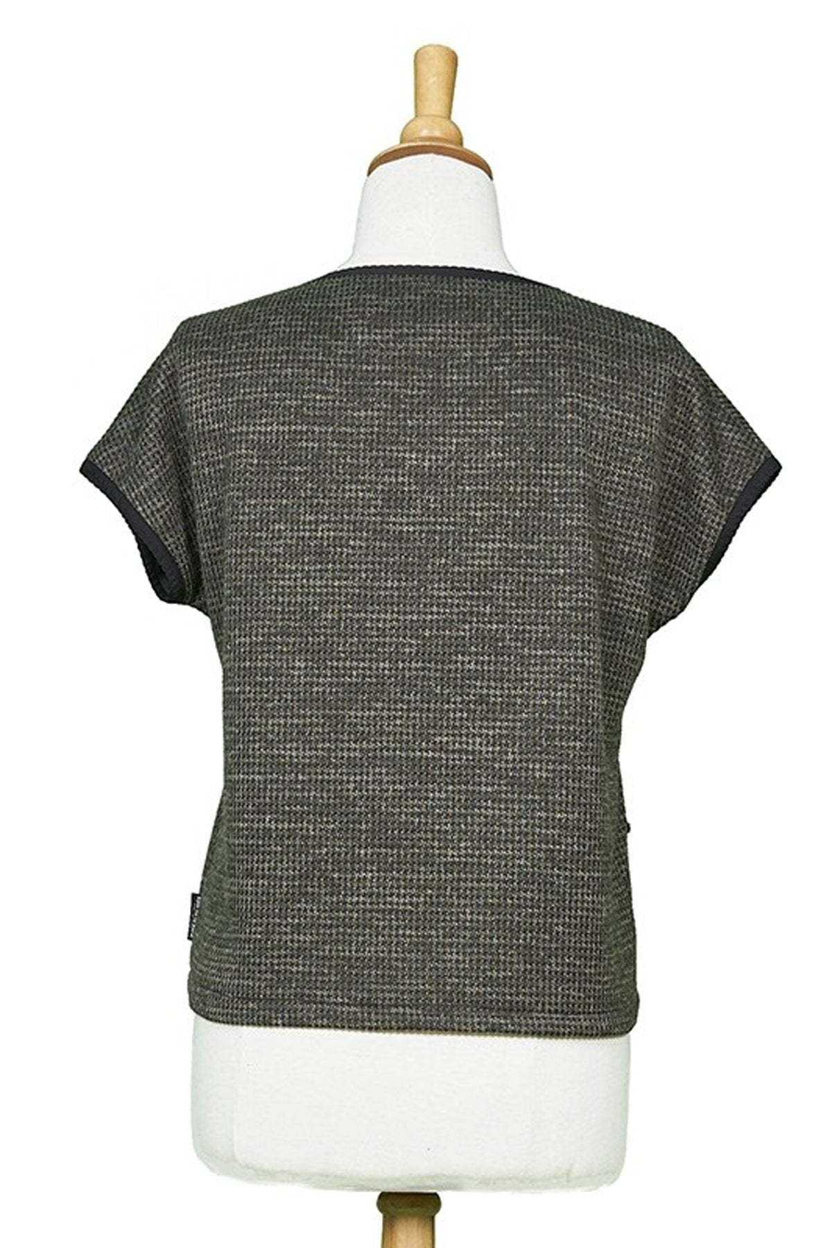 Yukon Top by Rien ne se Perd Tout se Cree, Khaki, back view on mannequin, short sleeves, sweater, diagonal front pocket, sizes XS-XXL, back view, made in Quebec