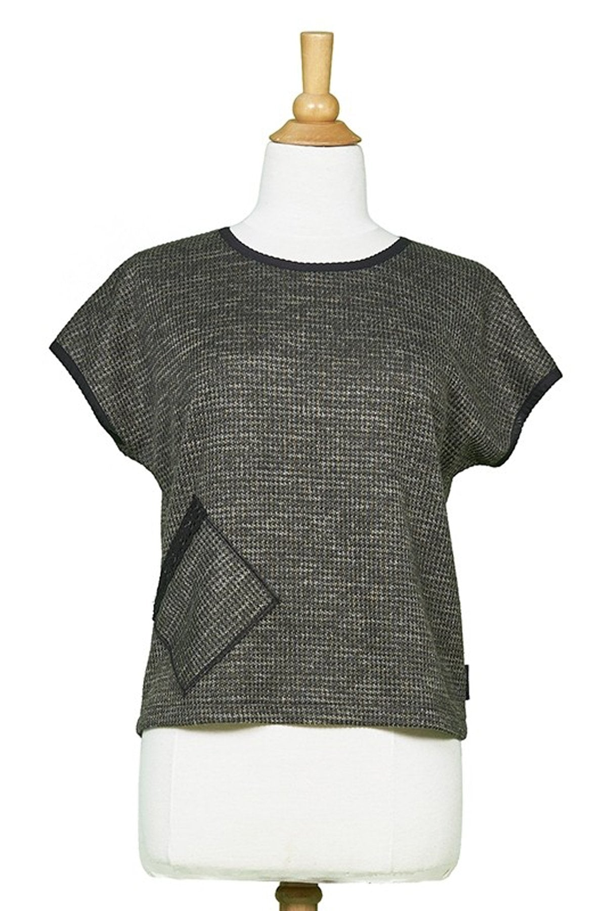 Yukon Top by Rien ne se Perd Tout se Cree, Khaki, front view on mannequin,short sleeves, sweater, diagonal front pocket, sizes XS-XXL, made in Quebec
