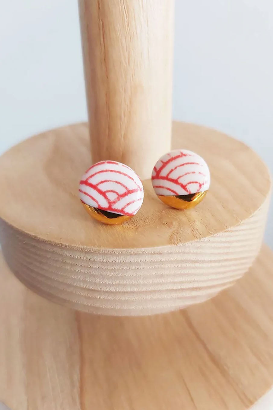 Fan motif stud earrings with silkscreen and gold lustre