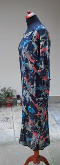 1920s or 30s dress in abstract printed silk. Lovely, wearable condition and a good size. - Baba Store - 4