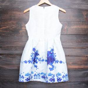 porcelain print embossed sleeveless dress in white and navy - shophearts - 2