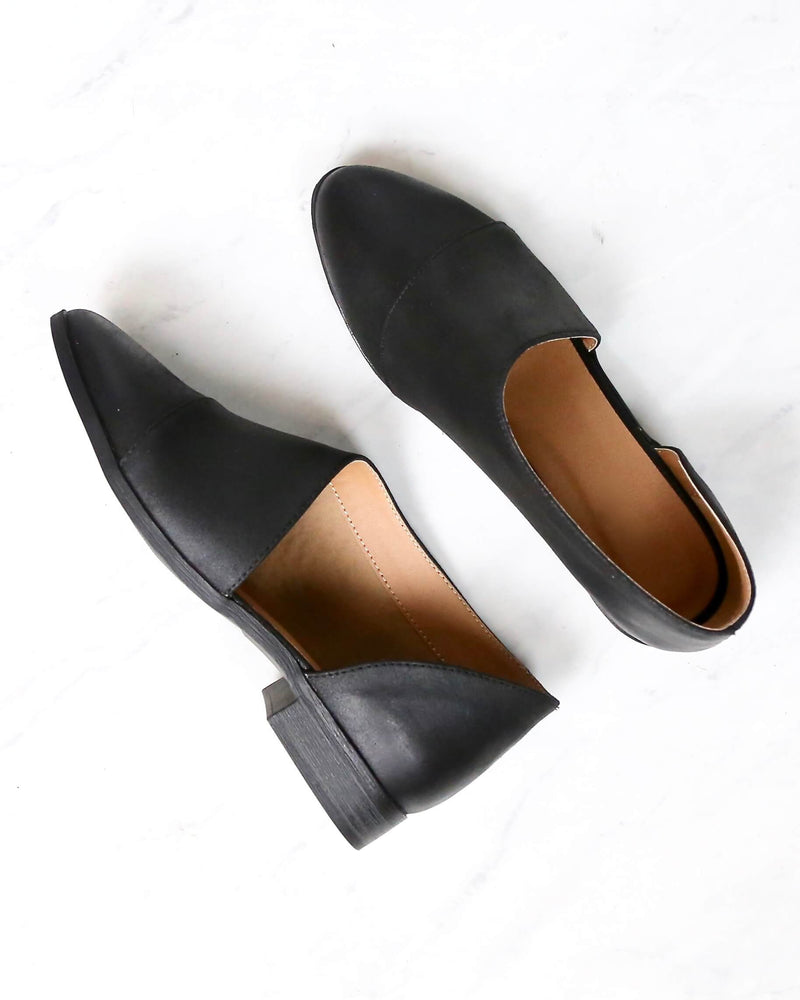 Gigi Vegan Pointed Toe Flats in Black