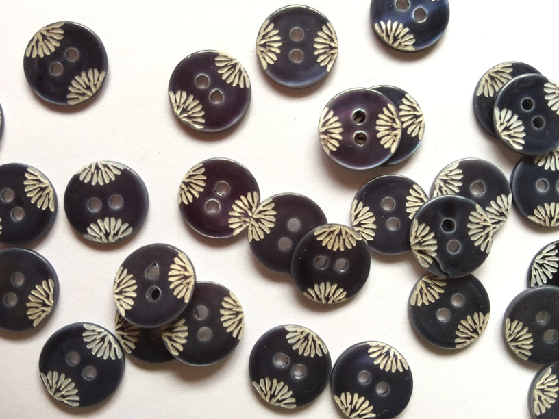 Navy Chestnut Shell with Laser Design Button 18mm - TGB2286