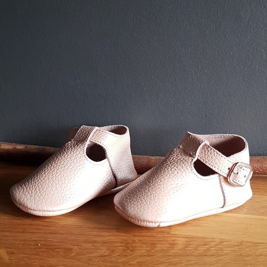 MAÏA handsewn t-strap leather moccasins, pearl pink