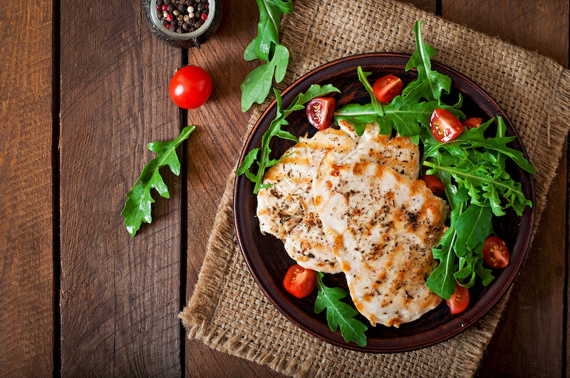 Grilled chicken with tomatoes and salad