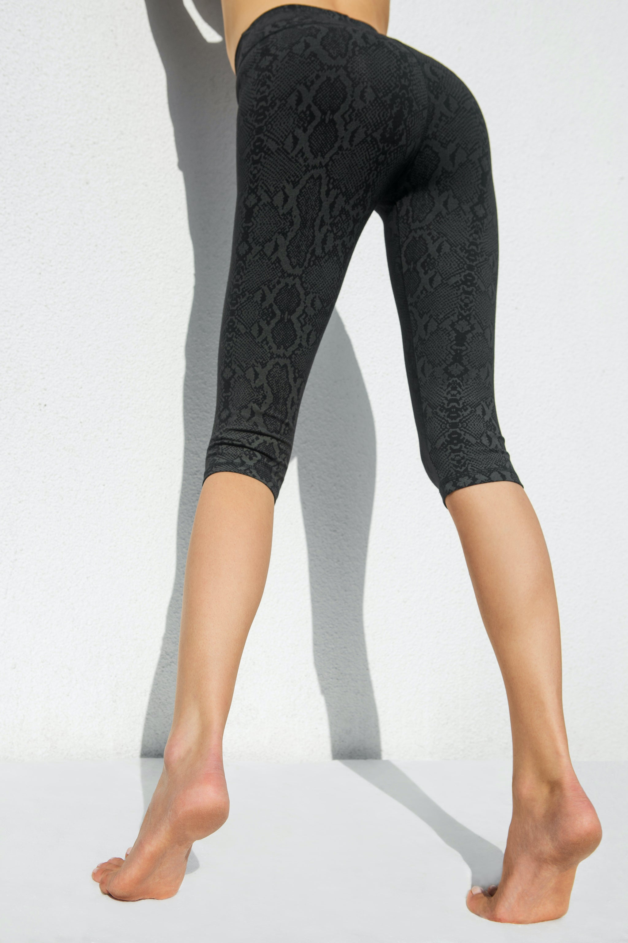 High Waist Capri Tights - Black Snake