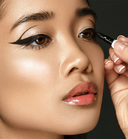 Blog Feed Article Feature Image Carousel: How to Do Eyeliner Like a Pro