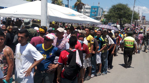 Earthquake survivors in Manta, Ecuador in line for food and water