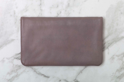 Think of the Ovae's Mulberry Agatha as the 'anti wallet' - She's a soft, slim, pouch like purse to store a few of your daily cards, coins and some bigger pockets for your cash or phone or whatever else you fancy.