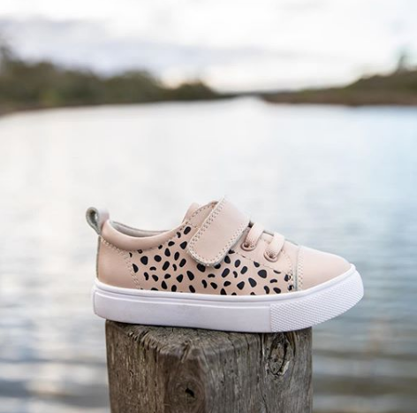 Byron Nude Spot Kids Sneaker by Tikitot is a must-have for your free-spirited little one. Nude leather leather with a contrasting black animal spot, contrasting toe cap, laces and a velcro strap make these sneakers the perfect shoe.