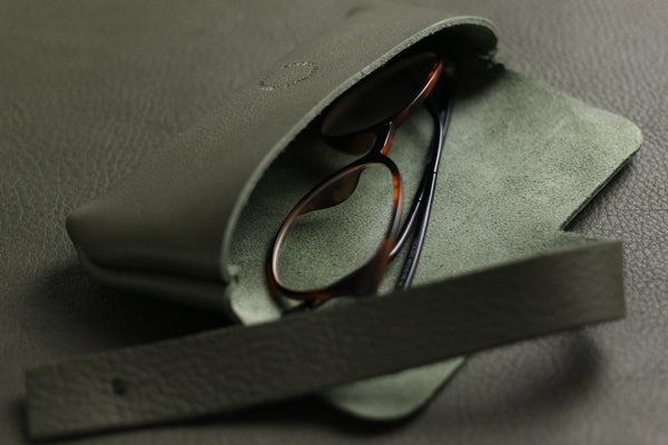 LIMITED - Eyewear Roll in soft olive cow hide