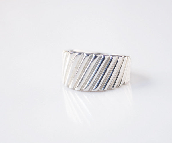 R13 - Vertical Leaning Pattern Band Ring