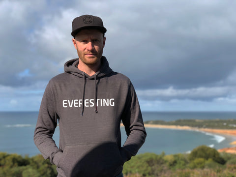 Everesting logo: Unisex Basics Tee