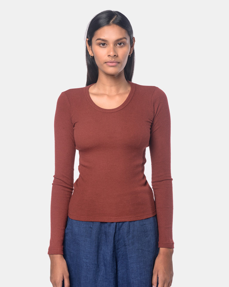Long Sleeve Powder U-Neck Tee in Burgundy