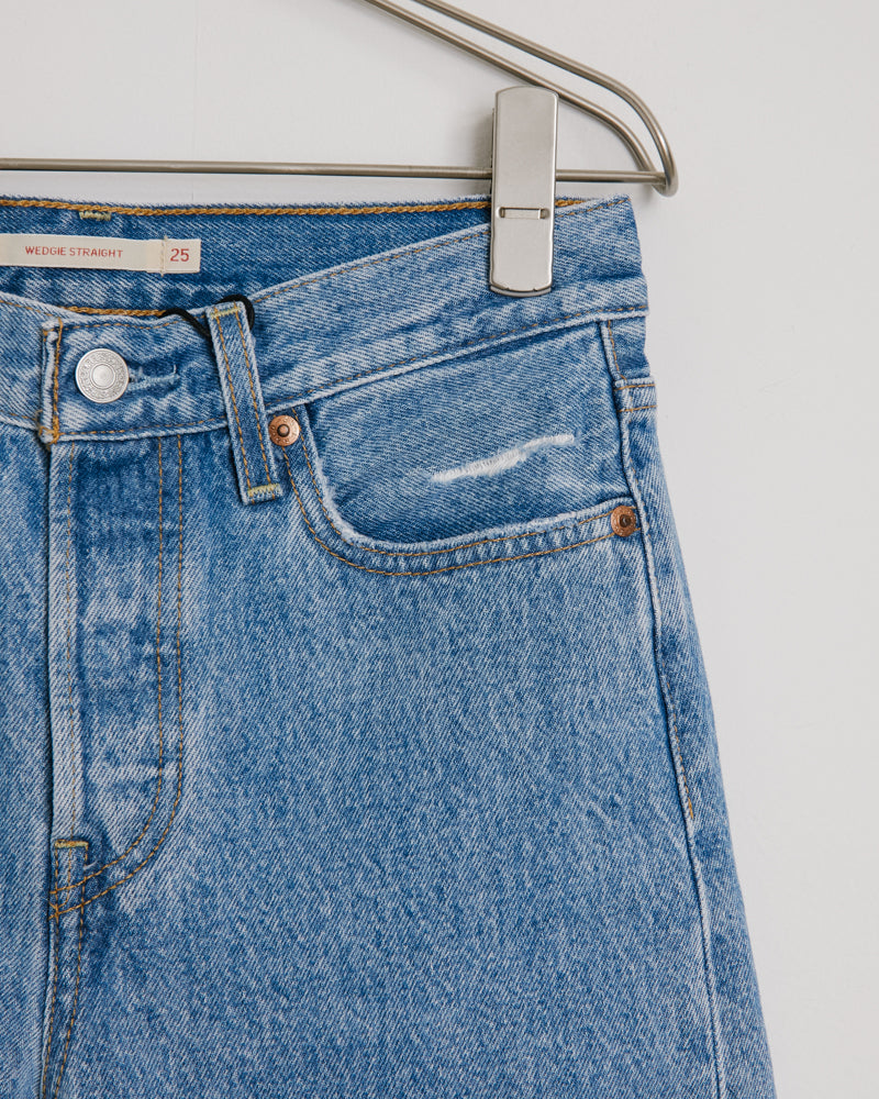 Wedgie Straight Jean in Distressed